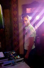 DJ-DER DJ SPIELT WAS SIE