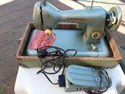 Antike Nähmaschine mit Licht und