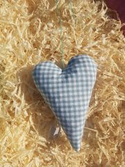 Herz gefüllt mit Zirbenspänen