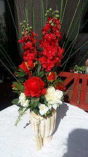 Stilvolles Blumenarrangement in weiß gekalkter