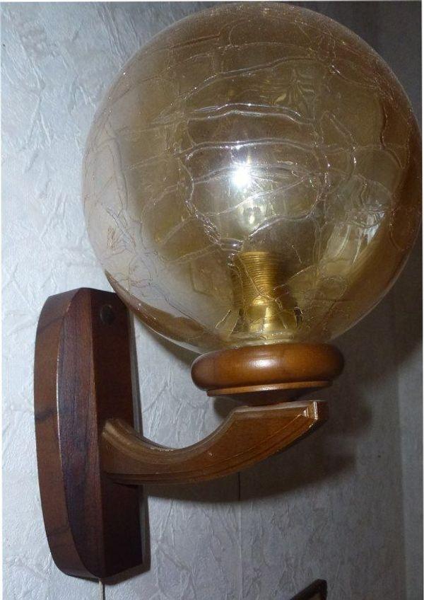 Wandlampe mit gelber Glaskugel u