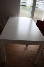 Tisch mit drei Lederstühlen