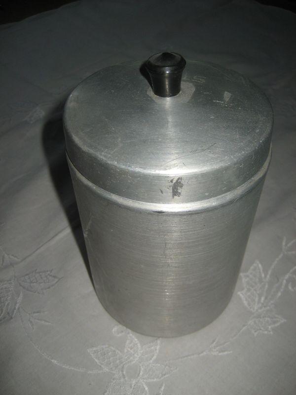 uralte Aluminiumdose mit Deckel aus