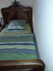Bett mit Matratze u Nachtschränkchen