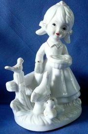Zauberhafte Porzellanfigur Motiv Mädchen füttert
