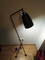 Moderne Stehlampe in Schwarz