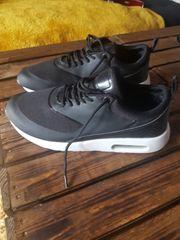 Schwarze Sneaker zu verkaufen