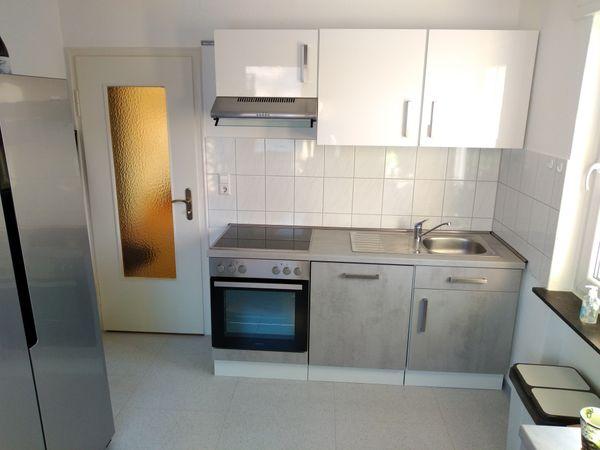 Moderne Einbauküche mit Geräten