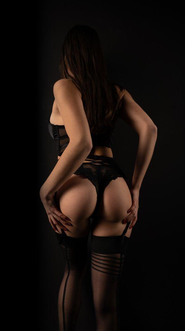 Frau für erotisches Fotoshooting gegen