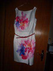 Glamouröses Hochzeits- Kleid in glänzendem