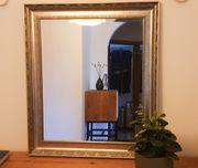 Spiegel mit silberfarbenem Rahmen