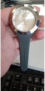 Armbanduhr von Laura Torelli grau