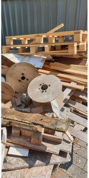 Holz und Paletten zu verschenken