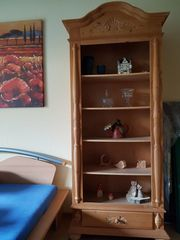 Bücherregal in hellem Echtholz zu