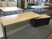 Schreibtisch mit Container rechts von
