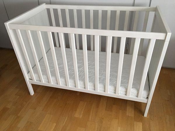 Kinderbett mit Wickelauflage