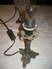 uralte kleine Messinglampe ohne Lampenschirm