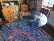 Glastisch mit 4 Schwingstühlen