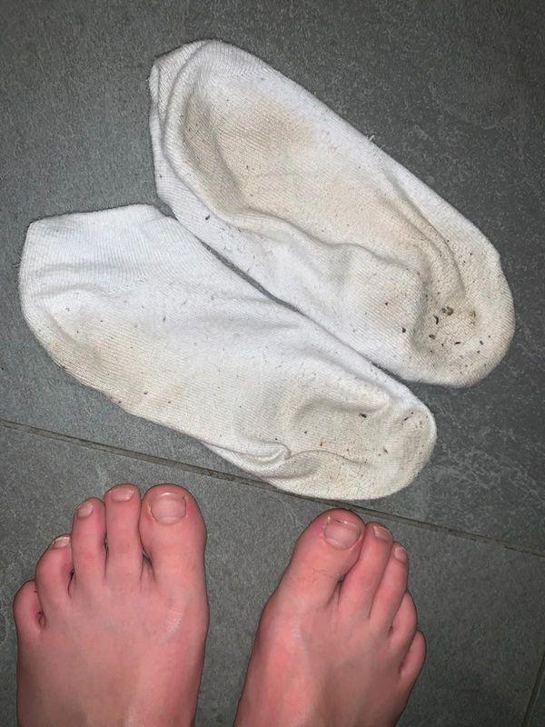 Sneaker-Söckchen weiss getragen und sehr