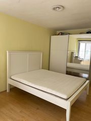 Ein weißes Bett von Ikea