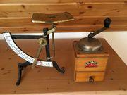 alte Briefwaage und alte Kaffeemühle