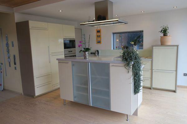 Küche Hochglanz L-Form + Kochinsel, 270 x 378 cm in ...