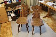 Stühle mit Schnitzereien
