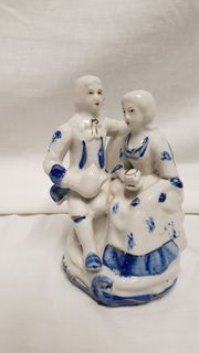 Figuren-Ehepaar aus Porzellan in weiss-blau