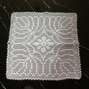 Quadratisches handgehäkeltes Deckchen weiss 31