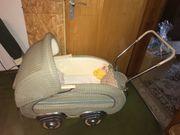 Nostalgischer Kinderwagen aus den 50