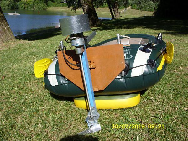 Nagel neue Schlauchboot mit Elektromotor