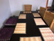 Esstisch mit Stühlen und Vitrine