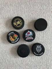 6 Eishockey-Pucks