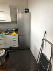 Einbauküche mit Kühlschrank und Ofen