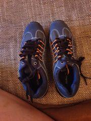 Nagelneue Schuhe für Jungs Herren