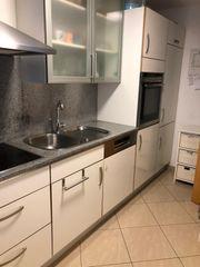 Einbauküche mit Granitarbeitsplatte