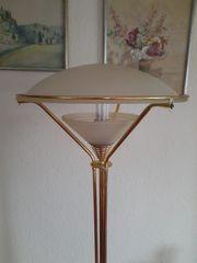 Tisch und Stehlampe