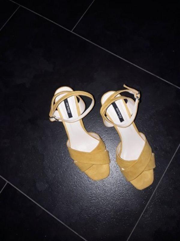 Gelbe Sandalen