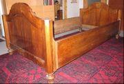 Schönes altes Bett