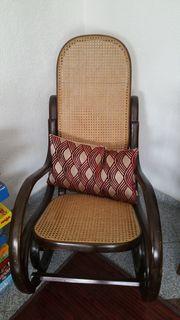 Antiker Schaukelstuhl aus Holz wegen