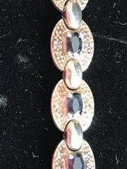 Silberarmband mit schwarzen Edelsteinen
