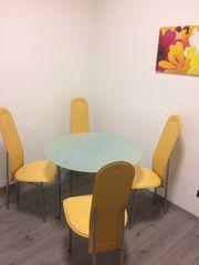 Runder Glastisch und 4 Stühle