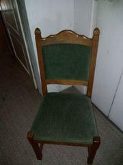 Stuhl mit grünem Bezug