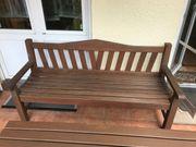 Massiver Holztisch mit Holzbank