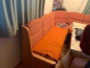Eckbank mit Stühlen und Tisch