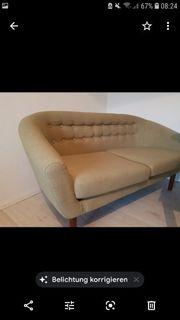 kleine olivgrüne Couch Retro