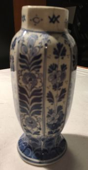 Historische Porzellan-Vase oktogonal signiert handbemalt