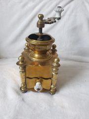 Antike Messing kaffeemühle mit Porzellan