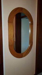 Spiegel und Garderobe