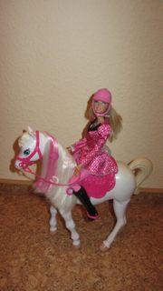 Y6858 Barbie im Pferdeglück Barbie